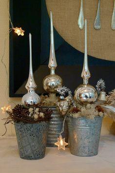 DieAdventsdeko in unserer Küche bringt in diesem Jahr ein wenig Glanz in die Hütte. Baumschmuck aus Bauernsilber und alte silberne Glasweihnachtskugeln vom Flohmarkt legte ich vorsichtig in einen großenEierkorb aus Zinkdraht. Silberne Baumspitzen vom Trödler pflanzte ich kurzerhand in Zink-Blumentöpfchen. Die Lücken umdie in Blumensteckmasse gedrücktenGlasspitzenfüllte ich mit Islandmoos, Minizapfen, …