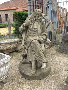 Zittende Lodewijk figuur in natuursteen ..tuinbeeld .te koop bij Medussa Heist op den berg