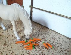 Karotten / Futter für Schleich Pferde / Tiere / Modellpferde  Auch bekommen, witzige Idee.