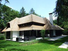 Deze villa laat zien dat riet ook op een moderne, strakke manier kan worden toegepast. Strakke lijnen in combinatie met wit en zwart, geven een moderne look