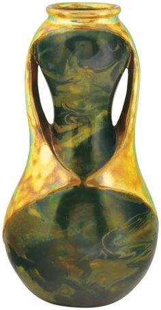 Zsolnay - Váza, fémszereléket imitáló fülekkel,  1903 Fazonszám: 7077, 24 cm Jelzés: domború körpecsét Formaterv: Apáti Abt Sándor 2012/bé 600-800e