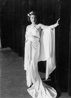Anna Magnani in abito bianco al Teatro Eliseo dove interpreta la rivista 'I Milioni' nel 1935.