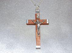 Kruisbeeld, gekleurd hout ketting - 5064 - http://rosarybeadscompany.com/shop-2-2/kettingen-rozenkrans-kralen-bedrijf/kruisbeeld-gekleurd-hout-ketting-5064/?lang=nl