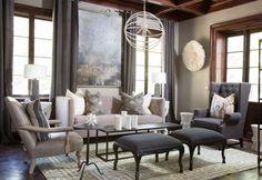 elegante Sitzgruppe aus unterschiedlichen Möbeln in Hell- und Dunkelgrau gepolstert