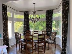 Scroll left to see the kitchen ♥ . #drapes #kitchendesign #diningroom #decordetails #draperyconnection #homegoals #printedfabrics