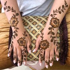 Image may contain: one or more people and closeup Pretty Henna Designs, Modern Henna Designs, Floral Henna Designs, Simple Arabic Mehndi Designs, Mehndi Design Photos, Latest Mehndi Designs, Mehndi Designs For Hands, Henna Tattoo Designs, Mehndi Images
