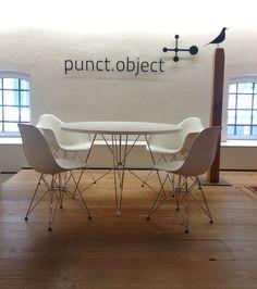 Magis Tavolo xz3 Tisch rund und Vitra Eames DSR Stühle in unserer Ausstellung im Stilwerk Hamburg bei punct.object