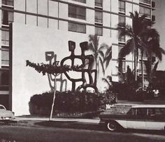 """Escultura """"Los Amantes"""" de Mathias Goeritz en la entrada del Hotel """"El Presidente"""", Av. Costera Miquel Alemán, Acapulco, Guerrero, México 1958 -    """"The Lovers"""" by Mathias Goeritz at the entrance of the Hotel """"El Presidente"""", Acapulco, Mexico 1958"""