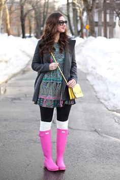 FabFound Paisley Ruffled Dress with OTK Socks and Pink Hunter Boots Hunter Boots Fashion, Pink Hunter Boots, Hunter Boots Outfit, Style Outfits, Casual Summer Outfits, Cool Outfits, Fashion Outfits, Black Leather Jeans, Rainy Day Fashion