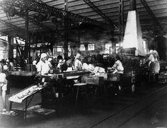 Saída da lavadora, fábrica nova de Bueu. Copia Barreiro | End of the washing process, new factory in Bueu, Barreiro print, ca. 1926