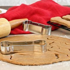 5 ingredients to avoid putting in your homemade dog cookies Gourmet Dog Treats, Dog Treat Recipes, Healthy Dog Treats, Real Food Recipes, Homemade Biscuits, Dog Biscuits, Homemade Dog Treats, Bacon Dog, Coconut Oil For Dogs