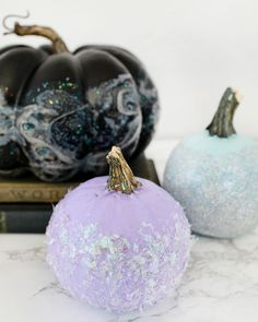 DIY Iridescent Pumpkins: Iridescent and hologram nail polish marbled pumpkins, iridescent confetti-dipped pumpkins and glitter-dipped pumpkins for Halloween Cute Halloween Decorations, Chic Halloween, Halloween Queen, Diy Halloween Costumes, Diy Party Decorations, Halloween Pumpkins, Halloween Crafts, Halloween Ideas, Halloween 2019