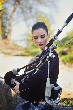 'You make me dance', said she to her bagpipes while squeezing it on her heart. Tartan, Bagpipe Music, Scottish Bagpipes, Drum Major, Scotland Castles, Cultural Diversity, Senior Girls, Senior Photography, Dancer
