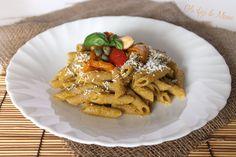 Pasta al pesto di peperoni e mandorle, un primo estivo molto saporito e colorato. Ottimo anche per chi desidera consumare molte fibre e per chi soffre di colesterolo.