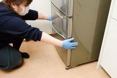冷蔵庫汚れのお悩み解決! 今回は意外と知られていない冷蔵庫の動かし方をご紹介します。これさえわかれば、冷蔵庫下にたまったホコリやゴミが簡単に落とせるので、ぜひ参考にしてみてください。