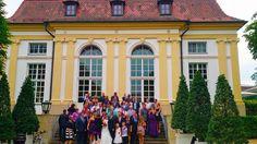 Hotelgäste des Hotel Platengarten, Hochzeitsgesellschaft mit Hochzeitsgästen, Brautpaar vor der Orangerie im Hofgarten, unseren unmittelbaren Nachbarn - ideal für die Übernachtungsgäste der Vermählung mit HOchzeitssuite #Hochzeitslocations #Hochzeit #Bayern# bavarian locations