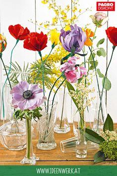 An diesen Blumen können Sie sich lange erfreuen, denn sie verwelken nicht. Hier geht's zur Bastelidee: www.ideenwerk.at/papierblumen #pagro # pagroDIY #papierblumen #frühling #basteln # blumen Glass Vase, Home Decor, Creative Ideas, Easter Activities, Homemade, Nice Asses, Decoration Home, Room Decor, Interior Decorating
