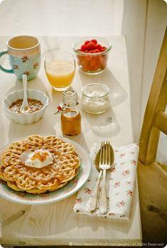 Thé, jus d'orange, fruits, yaourt nature et gaufres au sirop d'érable !