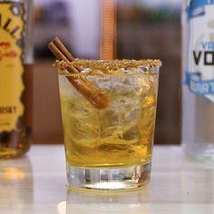 Apple Pie on the Rocks - Tipsy Bartender Cinnamon Whiskey, Cinnamon Apples, Ground Cinnamon, Thanksgiving Drinks, Vanilla Vodka, Tipsy Bartender, Vodka Cocktails, Apple Juice, Mixed Drinks