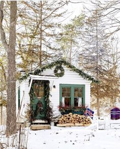 Christmas Decoration of Tiny Cottage or Shed Little Cabin, Little Houses, Outdoor Christmas, Christmas Home, Xmas, Country Christmas, Decor Home Living Room, Home Decor, Cute House