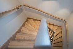 Die Treppe aus der hauseigenen Hartl Tischlerei wurde aus Eiche gefertigt. Trends, Stairs, Home Decor, Blue Lagoon, Carpentry, Oak Tree, Stairway, Staircases, Interior Design