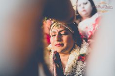 Indian Tamily Iyer wedding! The bride smiles just moments before mangalyadharanam. Photography by Wedding Memoirs.