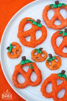 Chocolate Covered Pumpkin Pretzels: Obsessed with all things pumpkin? Make these cute snacks for the big night. Click through for more fun Halloween party ideas!