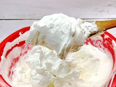 チーズケーキを作ろうと思い、売り場でクリームチーズを手にしたところ、パッケージにとても気になるレシピが紹介されていました。その名も、「エアーチーズケーキ」。エアーって何? 「材料3つ、5分で完成」!? しかも、調理例の写真はチーズケーキに見えないフォルム! 気になりすぎたので、パッケージのレシピを参考に、実際