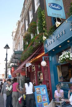 London pubs - Busy streets of London  #england #uk #europe #london #city #pub #explore #travel #traveltherenext