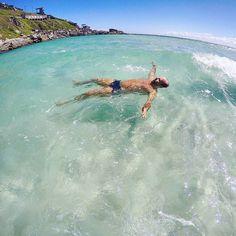 Bom diaaaaaaaaa! Acordei lembrando desse dia incrível que a água da Praia Grande em Arraial do Cabo estava fria normal. Normalmente ela é tão gelada mas tão gelada que é impossível ficar mais que 1 minuto nela. Hehehe.  Quer saber quais as melhores praias de Arraial do Cabo? Lá no blog http://ift.tt/1Rd5iyX tem um guia completo do destino!