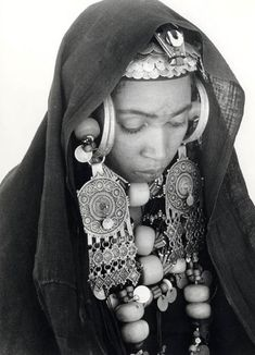 Black and white portrait of a Berber (Amazigh) woman, adorned in elaborate jewelry, from Morocco. We Are The World, People Around The World, Costume Ethnique, 3d Foto, Black And White Portraits, Tribal Jewelry, World Cultures, Traditional Outfits, Beautiful People