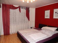 ... gardinen-deko.de/moderne-schlafzimmer-schiebegardine-rot-weiss-schwarz