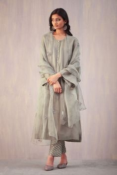 Best Trendy Outfits Part 22 Pakistani Fashion Casual, Pakistani Dresses Casual, Pakistani Dress Design, Indian Attire, Indian Outfits, Kurta Style, Bollywood Outfits, Indian Designer Suits, Kurta Designs Women