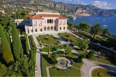 The Villa et Jardins Ephrussi de Rothschild on the French Riviera is a pleasant and relaxing daytrip destination from Monaco, Villefranche-sur-Mer and Nice. Campari Milano, Provence, Villa Kerylos, Saint Jean Cap Ferrat, Nice Ville, Villefranche Sur Mer, Expensive Houses, Villas, Parks