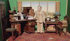 Antik Puppenstube Holz Sekretär Tisch Stuhl viel Zubehör Bücher Leuchter Schere