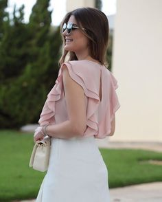 Beautiful soft pink ruffled top fashion in 2019 блузки, блуз Blouse Styles, Blouse Designs, Mode Hijab, Classy Outfits, Dress Patterns, Ideias Fashion, Fashion Dresses, Street Style, Casual