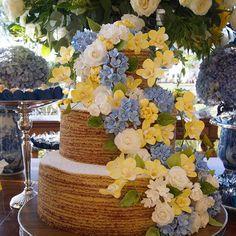 Para o casamento na fazenda @hoteldonacarolina nada mais perfeito que o #boloderolo com as flores de açúcar perfeitamente combinando com a Decor do super @mbacellarfestas || assessoria @flaviaboutros || foto @flaviavitoriaphoto 🌼💙