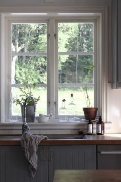 love the window ledge behind the sink and the window. Like the faucet Grey Interior Design, Country Interior, Boho Kitchen, Rustic Kitchen, Kitchen Interior, Interior Design Living Room, Home Fashion, Home Kitchens, Interior Architecture