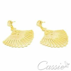 Bom dia!!!  Que essa sexta-feira seja de alegrias e realizações!!!    Brinco Leque Petit folheado a ouro com garantia.   Confira os outros modelos de brincos leque.   ╔═══════════════════╗ #Cassie #semijoias #acessórios #moda #fashion #estilo #inspiração #tendências #trends #brincos #brincoslindos #love #pulseirismo #folheado #dourado #brincoleque #brincoleve #colar #pulseiras #berloques #charms # # #
