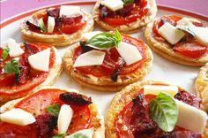 Tartelettes fines tomate chorizo {apéro time} via @sophieturbigo