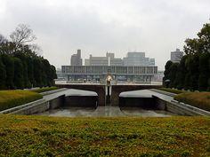 Η φλόγα της ειρήνης.Φωτίζει από την 1η Αυγούστου 1964 και συμβολίζει την ελπίδα για ένα κόσμο χωρίς πυρηνικά όπλα. Θα συνεχίζει να καίει μέχρι να γίνει παγκόσμιος πυρηνικός αφοπλισμός. Απεικονίζει δύο χέρια ενωμένα και στραμμένα προς τον ουρανό. Nagasaki, Hiroshima, Thing 1, Around The Worlds, Mansions, House Styles, Modern, War, Darkness