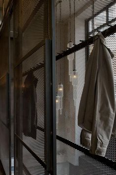 2 in 1 - Raumteiler und Garderobe aus Streckmetall Urbano Industrial, Industrial House, Industrial Interiors, Racks Restaurant, Metal Mesh Screen, Steel Wardrobe, Metal Room Divider, Habitat Collectif, Restaurant Interior Design