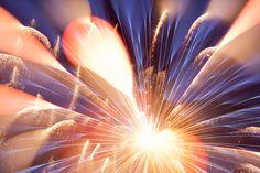 【やってみたい】想像を超えた美しさでドキドキする、マクロレンズで撮った「花火」 | DDN JAPAN