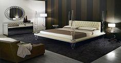 Chambre à coucher. Lit cuir capitonné, console et miroir sur mesure