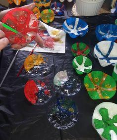 Blumen-Kunstwerk aus PET-Flaschen-Böden - einfacher als das Ergebnis vermuten lässt! Recycled Crafts, Diy And Crafts, Halloween Door Decorations, Flower Artwork, Pet Bottle, Class Projects, Plastic Bottles, Upcycle, Recycling