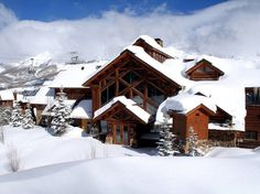 Condé Nast Traveler readers rate the top ski resorts and hotels in this year's ski poll, with luxury properties and bustling ski towns in the United States and Canada