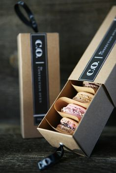 Love this idea for packaging french macaron. Creative packaging Love this idea for packaging french macaron. Macaron Packaging, Dessert Packaging, Bakery Packaging, Food Packaging Design, Pretty Packaging, Packaging Design Inspiration, Brand Packaging, Gift Packaging, Branding Design