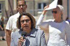 """ALBUQUERQUE, New Mexico, EE.UU. (AP) — Una nueva propuesta de ley evitaría que las agencias policiales de New Mexico hagan cumplir leyes federales de inmigración, y convertiría a la entidad con el mayor porcentaje de residentes hispanos en un """"estado santuario""""."""