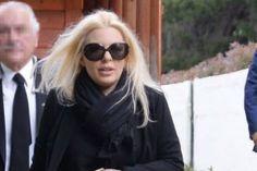 Σάλος στην κηδεία του πατέρα της Αννίτας Πάνια! Η τραγική κίνηση του Νίκου Καρβέλα! Round Sunglasses, Sunglasses Women, Brownies, Vintage, Fashion, Cake Brownies, Moda, Round Frame Sunglasses, Fashion Styles