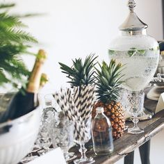 Add a tropical touch to your party with the symbol of welcome - a big, juicy pineapple! Palm Springs, Estilo Tropical, Tropical Vibes, Festa Party, Party Party, House Party, Tropical Party, Party Entertainment, Event Styling